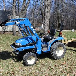 New Holland TC21D 4WD Diesel tractor w/ 7106 Loader & 914A mower deck