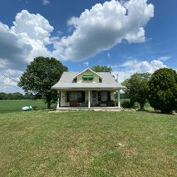 Home with Acreage in Lynnville, IN