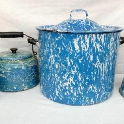 COLLECTION BLUE & WHITE ENAMEL WARE
